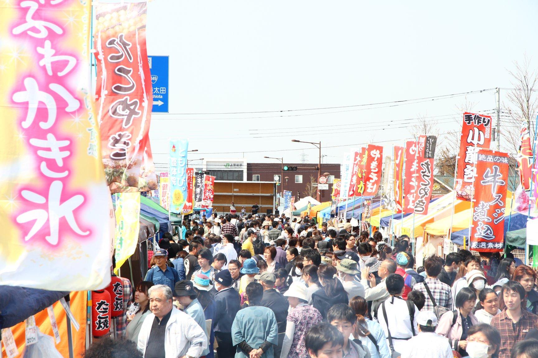 上菅谷駅前のイベントは30回を超えた。毎回1万~2万人が集まるまでに=2018年4月、茨城県那珂市(カミスガプロジェクト提供)