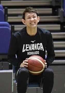 練習後に笑顔を見せる折茂。始動したクラウドファンディングは初日から好調だ(撮影・桜田史宏)