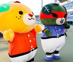 お披露目された愛・野球博みきゃん(左)=坊っちゃんスタジアム