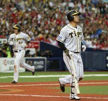 8回阪神2死満塁、福留(右)が勝ち越しの押し出し四球を選ぶ。左は生還する三走梅野=京セラドーム