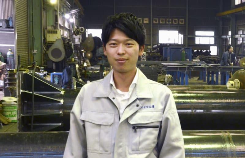 父の後を継いだ金属加工会社「セイワ工業」専務の野見山勇大さん=三重県木曽岬町(