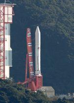 7基の衛星を搭載し、打ち上げを待つ小型ロケット「イプシロン」4号機=18日午前8時10分、鹿児島県肝付町の内之浦宇宙空間観測所