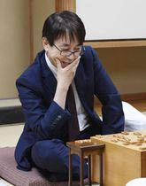 将棋の第60期王位戦リーグで、歴代最多に並ぶ公式戦通算1433勝を挙げた羽生善治九段=23日午後、東京都渋谷区の将棋会館