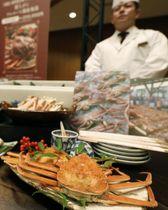 阪急百貨店梅田本店が報道陣に公開した福袋のメニュー。自宅で有名店のカニ料理が楽しめる=21日午前、大阪市
