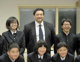 中学生にエールを送った宮内育大さん(中央)=大豊町中村大王の大豊町中学校