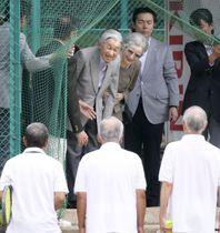 出会いの場となった思い出のテニスコートを訪れ、プレーヤーと交流される上皇ご夫妻=25日午前、長野県軽井沢町