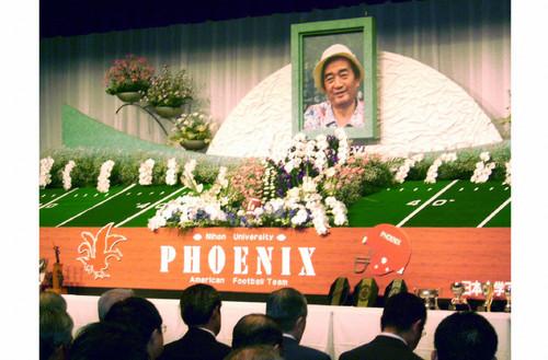 06年、お別れ会でアメリカンフットボール場を模した祭壇に飾られた日大・篠竹幹夫前監督の遺影