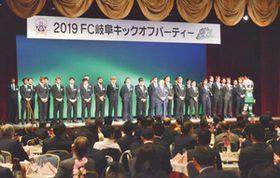 スポンサーにあいさつするFC岐阜の選手ら=岐阜市内のホテルで