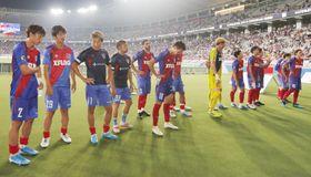 広島に敗れ、肩を落とす永井(左から3人目)らFC東京イレブン=味スタ