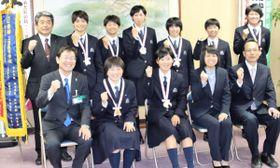 【竹上市長(前列左端)に全国連覇を報告した三重高女子ソフトテニス部=松阪市役所で】