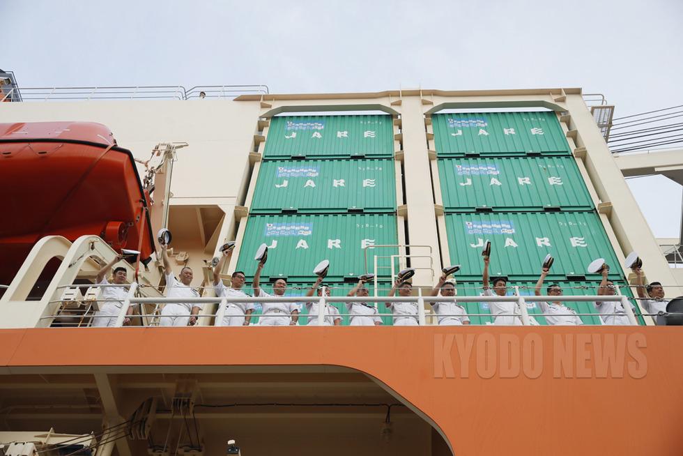 甲板から帽子を振って別れのあいさつをする「しらせ」の乗員たち。