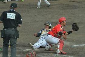 7回、栃木GB・高野の中前適時打で二走のルーカス(中央)が勝ち越しのホームイン=佐野市運動公園野球場