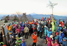記念碑(右奥)の前で、初日の出の写真を撮る登山愛好家。正面にはうっすらと富士山も望めた=1日、雲取山山頂で(秩父山岳連盟提供)