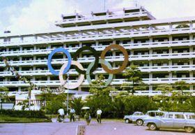 県庁を飾った直径9メートルの五輪マーク(萩原世志郎さん提供、写真は補正しています)