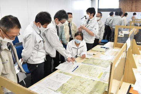 県の家畜防疫演習で、初動対応などを確認する職員ら=20日午前、県防災庁舎