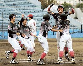 日大国際―中部学院大 延長10回タイブレークの末、逆転サヨナラ勝ちに喜ぶ日大国際の選手=草薙球場