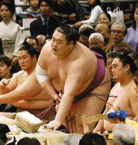 友風(中)は碧山に敗れ、土俵下で悔しそうな表情を見せる=大阪市のエディオンアリーナ大阪で