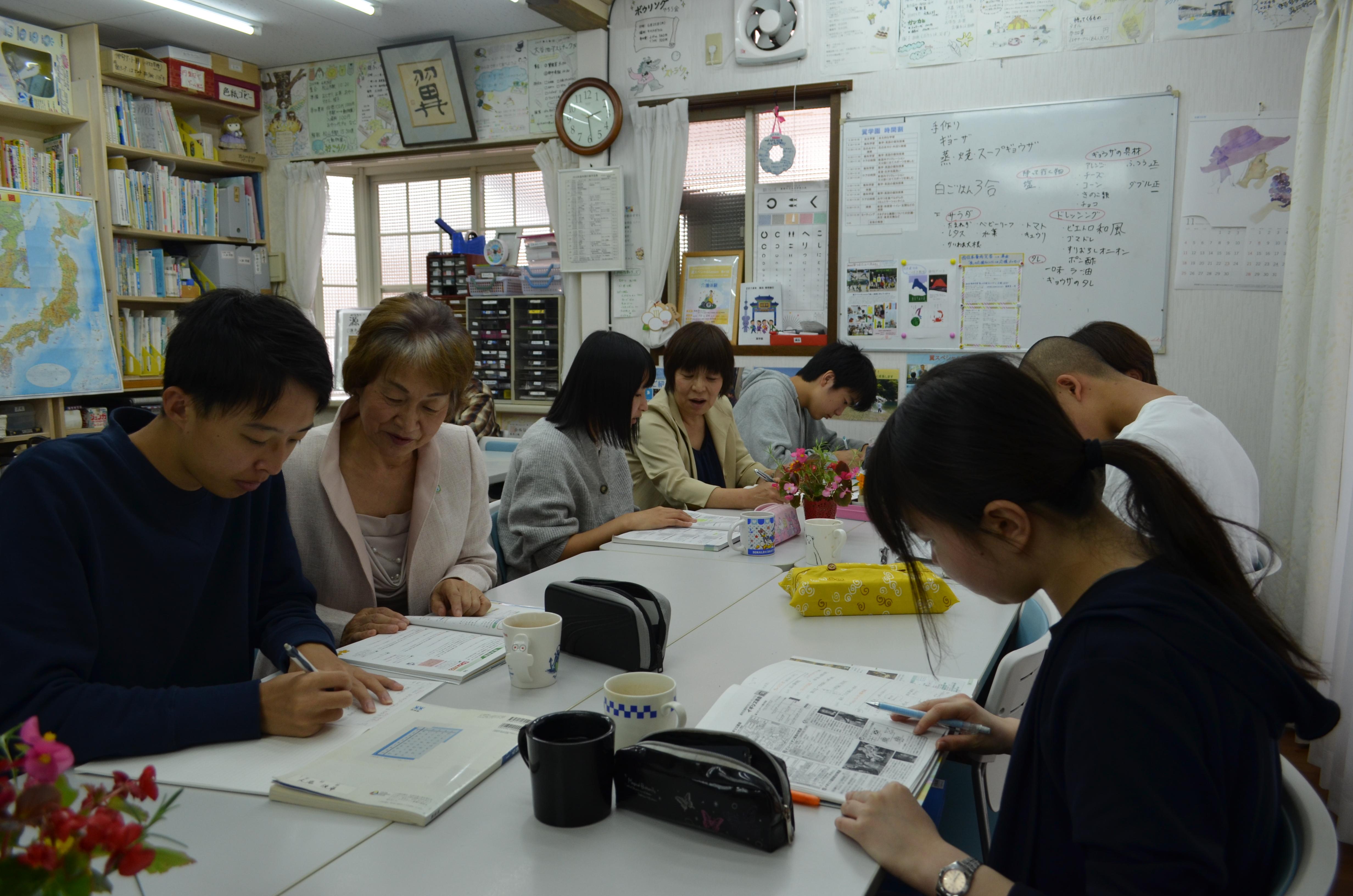 大野まつみ理事長の自宅を改装した教室。10代~20代の約30人が通う。