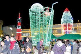 イルミネーションを楽しむ多くの人たち=神川町中央公民館前駐車場