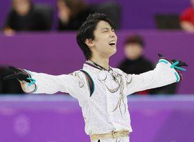 フィギュアスケート・男子フリーの演技を終え、歓声に応える羽生結弦=17日、江陵(共同)