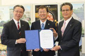 【協定書を示す(右から)水本村長、竹上市長、高見市長=東吉野村役場で】