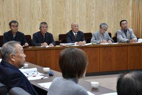 串間市議会議員と意見を交わした市自治会連合会の役員ら(奥)