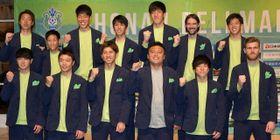 新体制発表で笑顔を見せるチョウ監督(前列右から3人目)と新加入選手 =平塚市内のホテル