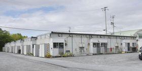 岩手県陸前高田市の旧米崎中跡地にある仮設住宅団地。一部が実際の生活を体験できる施設として整備される=2019年7月