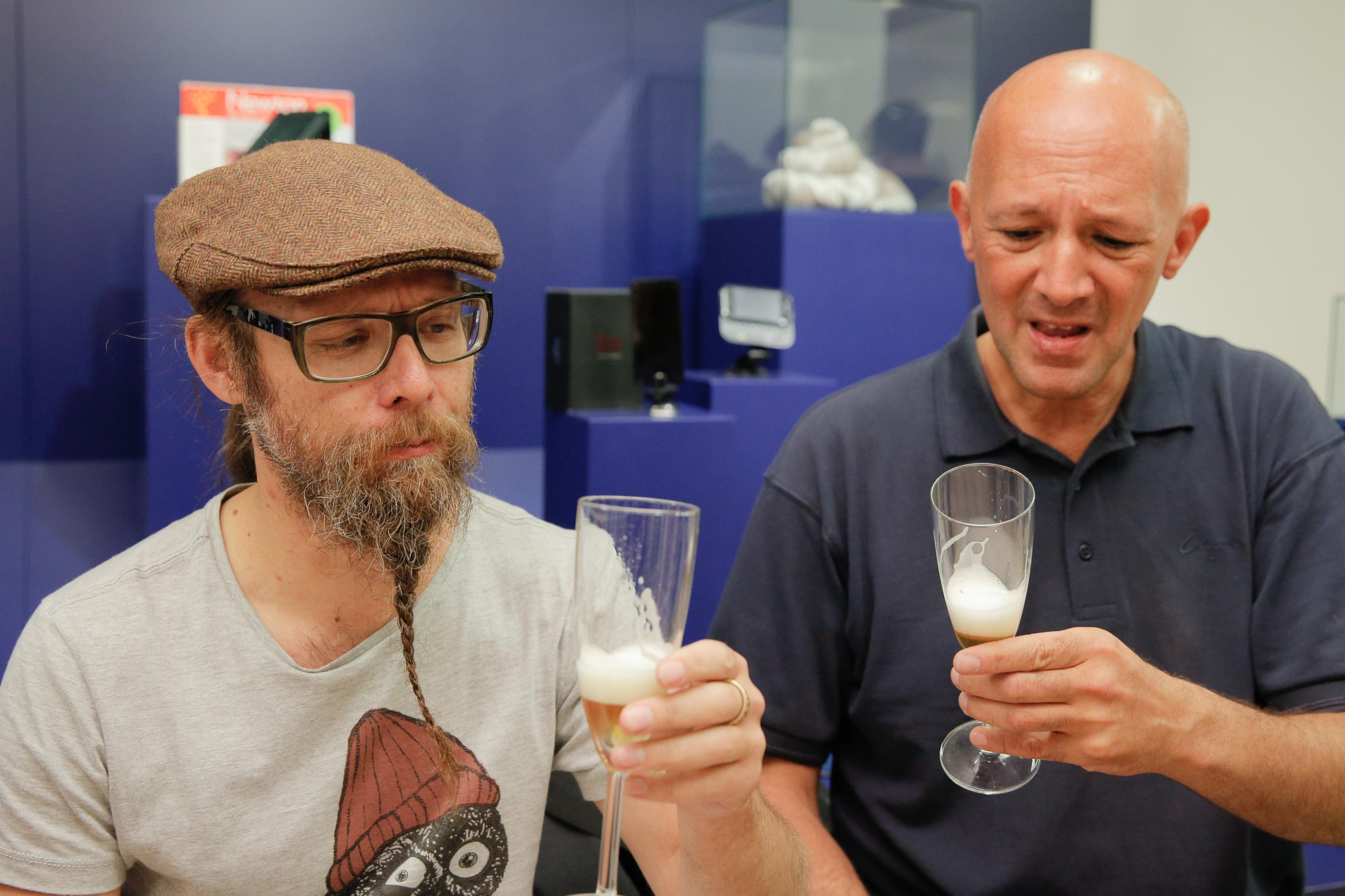 「失敗ビール」の試飲会で顔をしかめる参加者。新種のビールをつくる試みも、この表情ではお蔵入りもやむなしでしょう=スウェーデン・ヘルシンボリの失敗博物館(撮影・澤田博之、共同)