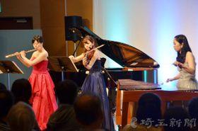 フルート、ビオラ、マリンバ三重奏を披露する(左から)横山聡子さん、小沢恵さん、栗原里沙さん=狭山市市民交流センター・コミュニティホール