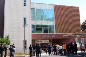 【松阪市福祉会館のリニューアルオープンのテープカット=松阪市殿町で】