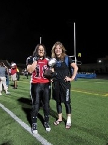 米女子プロフットボール界で活躍を続けるベティ鈴木(右)と小倉典子=写真提供:鈴木弘子