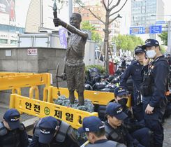 韓国・釜山の日本総領事館近くに放置された徴用工像=23日(共同)