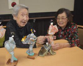 手作りした和裁人形を前に笑顔を見せる守山さん(左)