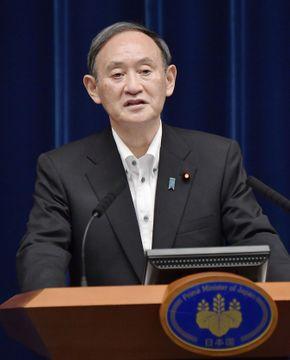 緊急事態宣言を月末まで延長し、4都府県に愛知、福岡両県を追加することを決め、記者会見する菅首相=7日午後7時1分、首相官邸