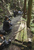 飯森裕次郎容疑者が見つかった山中の木製ベンチ=17日午前10時8分、大阪府箕面市