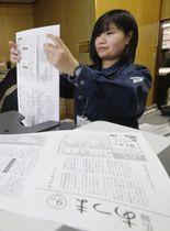 コピー機で広報誌を刷る長滝夢子さん=24日午後、北海道厚真町