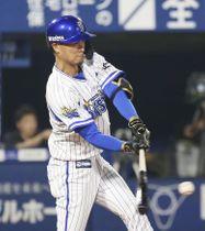 9回DeNA1死二塁、大和が左中間にサヨナラ二塁打を放つ=横浜