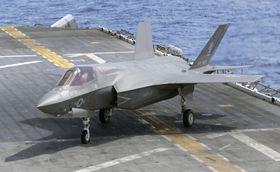 西太平洋に展開する米軍の強襲揚陸艦ワスプの艦上で訓練するF35B最新鋭ステルス戦闘機