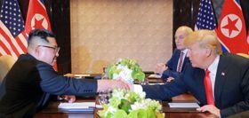 会談で握手する北朝鮮の金正恩朝鮮労働党委員長(左)とトランプ米大統領=12日、シンガポール(朝鮮中央通信撮影・共同)