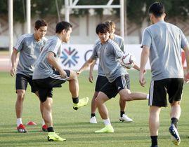 ボールを使って調整する(左から)武藤、長友、南野ら=アルアイン(共同)