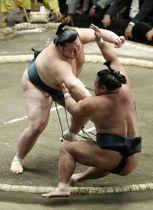 豊山(左)が押し倒しで松鳳山を破る=両国国技館