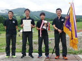 男子団体で優勝した盛岡工。左から吉田凜来、菊地然、渡辺佳辰、佐々木大輔