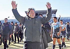笑顔でピッチを去るヤマハ発動機の清宮克幸監督=19日午後、埼玉県の熊谷ラグビー場