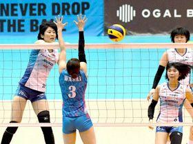 第2セット、岡山シーガルズの川島亜依美(左)が移動攻撃を決め、15―16とする=花巻市総合体育館
