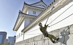 巽櫓と東御門の外壁を清掃する自衛隊員=16日午前、静岡市葵区の駿府城公園