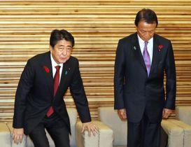 臨時閣議に臨む安倍首相(左)と麻生財務相。消費税率を2019年10月に10%へ引き上げる方針を表明した=15日午後、首相官邸
