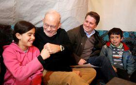レバノンのシリア難民の子どもを訪ねたセーブ・ザ・チルドレン時代のフォーサイス氏(右から2人目)=2014年3月14日(ロイター=共同)