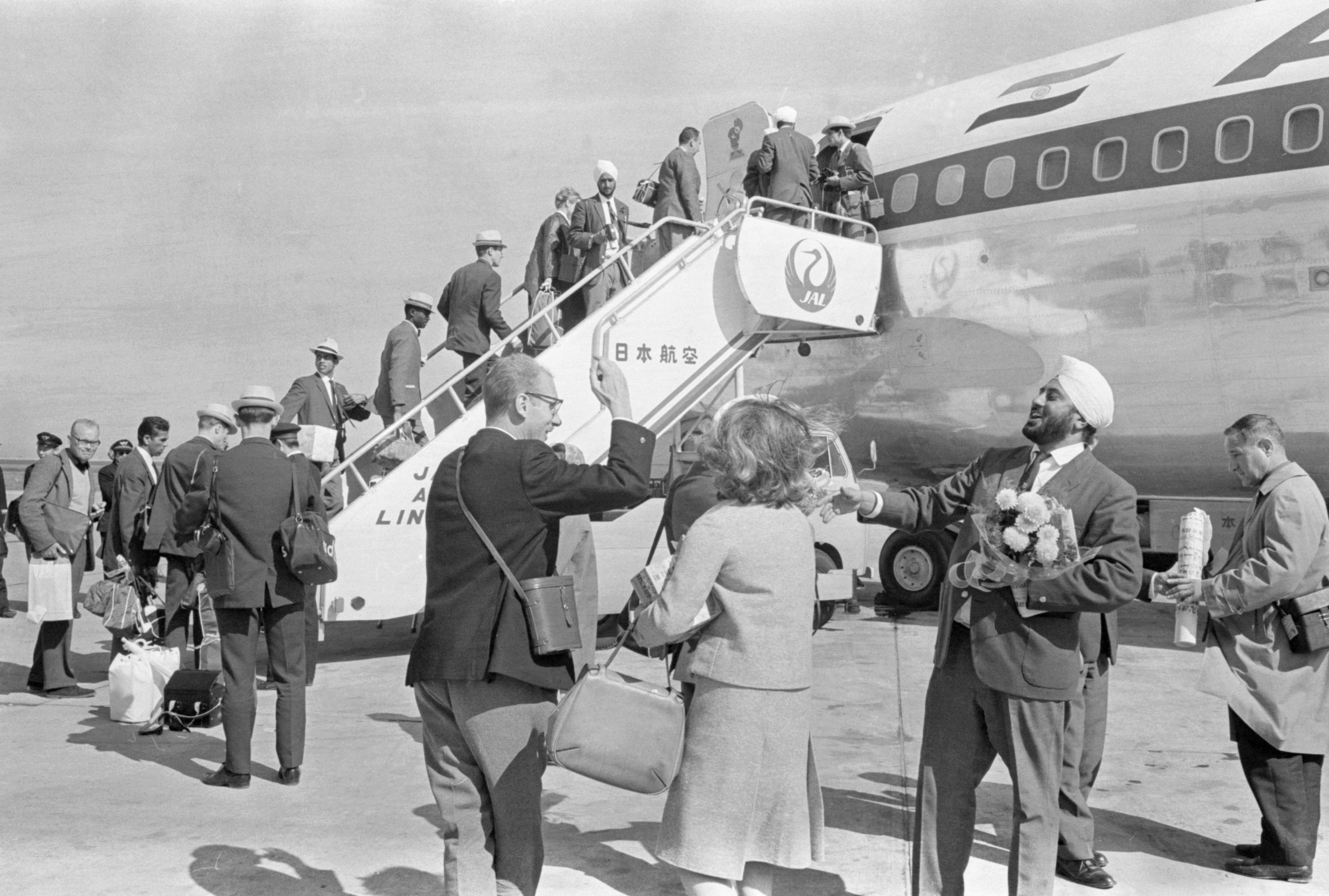 1964年10月25日、帰国のため羽田空港で旅客機に乗り込む各国選手団