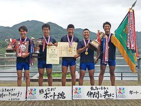 ボート男子のかじ付き4人スカルで優勝した加茂の選手たち